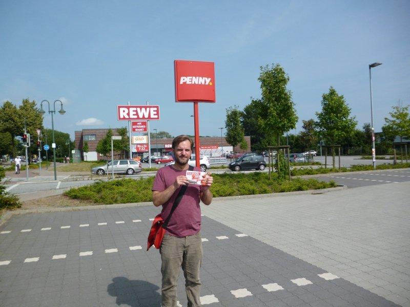 """Stefan Karstens bei der Aktion """"Den Verkäuferinnen und Verkäufern einen guten Lohn!"""" auf einem Discounter-Parkplatz in Büdelsdorf."""