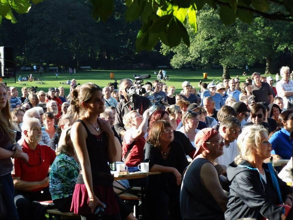 Menschenmenge im Schrevenpark, Kiel.