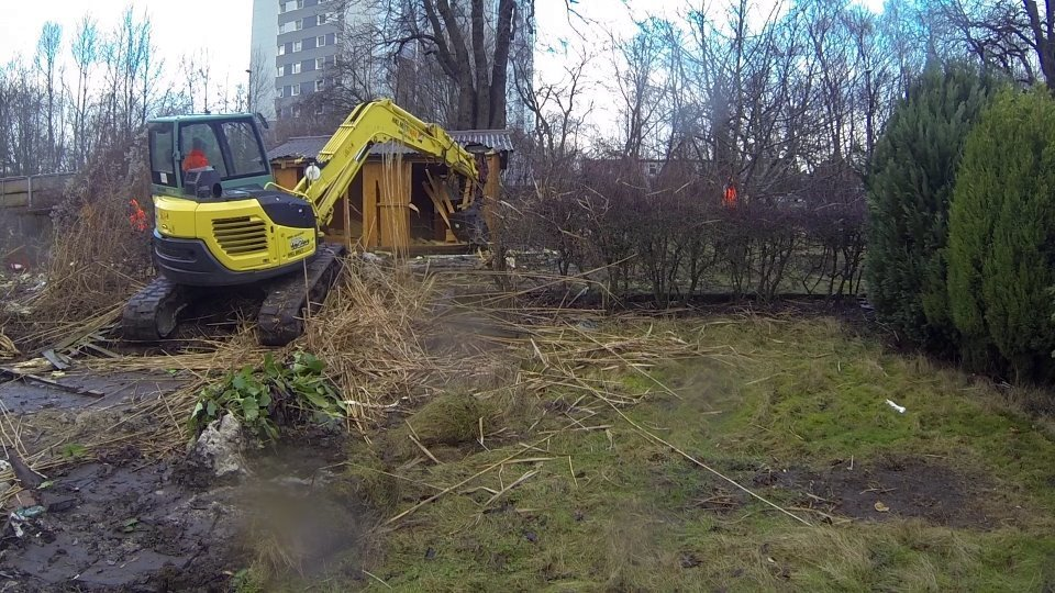 Abriss einer Gartenlaube auf dem künftigen Möbelkraft-Gelände