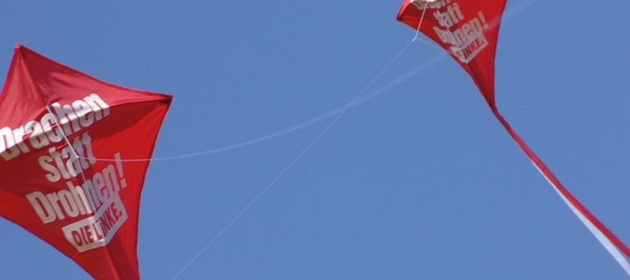 """Zwei rote Drachen mit der Aufschrift """"Drachen statt Drohnen"""" (Partei DIE LINKE)"""
