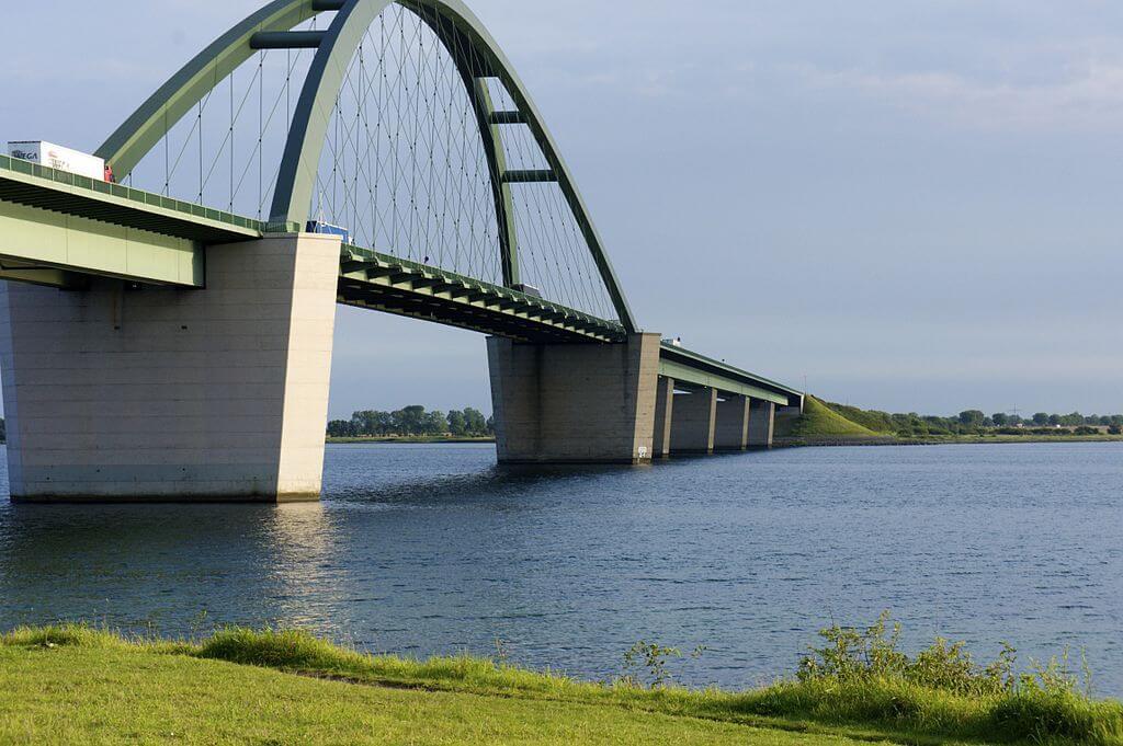 Foto der Fehmarnsund-Brücke (David Voge/Wikipedia CC-BY-SA 3.0)