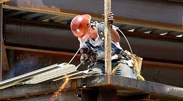 Arbeiter beim Schweißen (Symbolfoto)