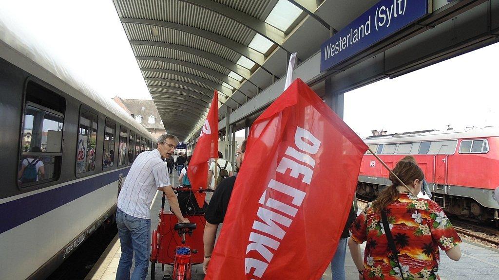 """Ankunft am Bahnhof Westerland (Sylt) zur Aktion """"Kampen kapern"""""""