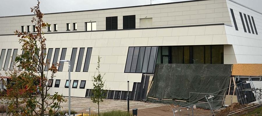 Das Hörnbad in Kiel, davor ein Bauzaun und Baumaterial.