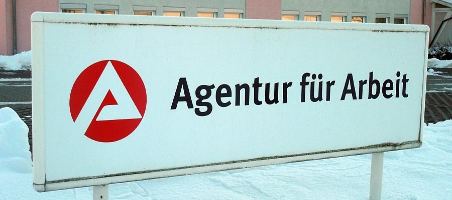 """Schild mit Aufschrift """"Agentur für Arbeit"""" im Winter."""