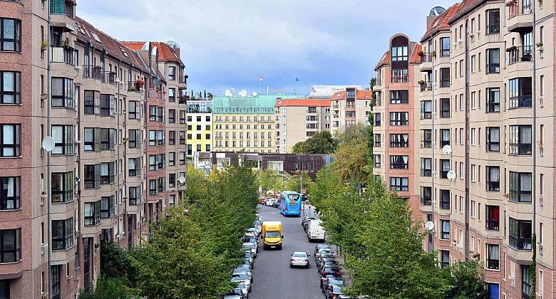 Foto eines Straßenzuges in Berlin.