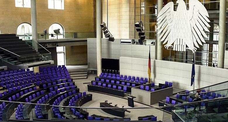 Zu sehen ist der leere Plenarsaal des Deutschen Bundestages.
