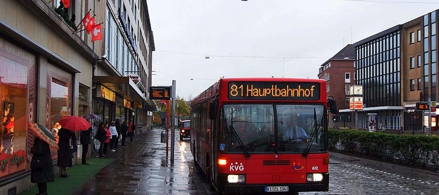 Foto eines Stadtbus der Linie 81 an der Bushaltestelle Holstenbrücke in Kiel.