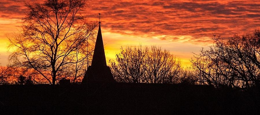 Kirche im Abendrot (Symbolfoto)