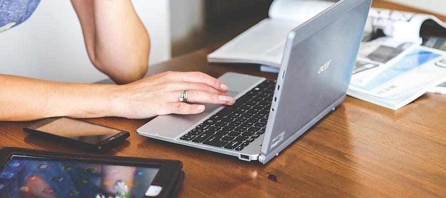 Symbolfoto der Nutzung eines Labtop, eines Tablet, eines Smartphones.