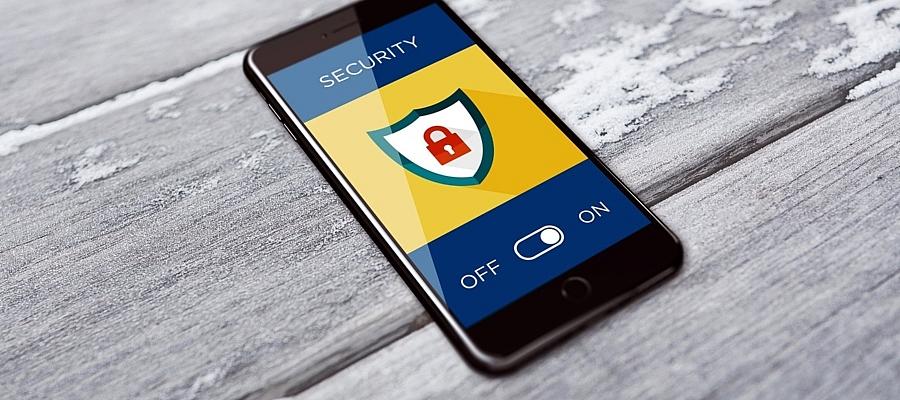 """Ein Smartphone, auf dem Bildschirm ist die Aufschrift """"Security"""" zu lesen, der entsprechende Schalter steht auf """"On""""."""