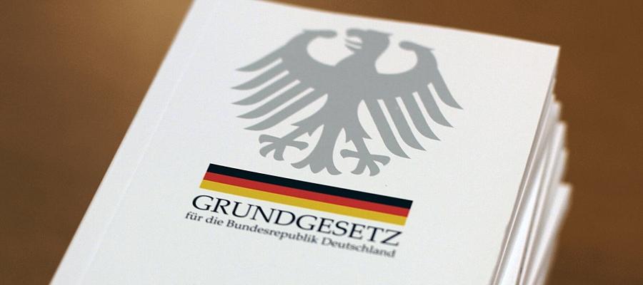 """Broschüre mit der Aufschrift """"Grundgesetz für die Bundesrepublik Deutschland"""", darüber der Bundesadler."""