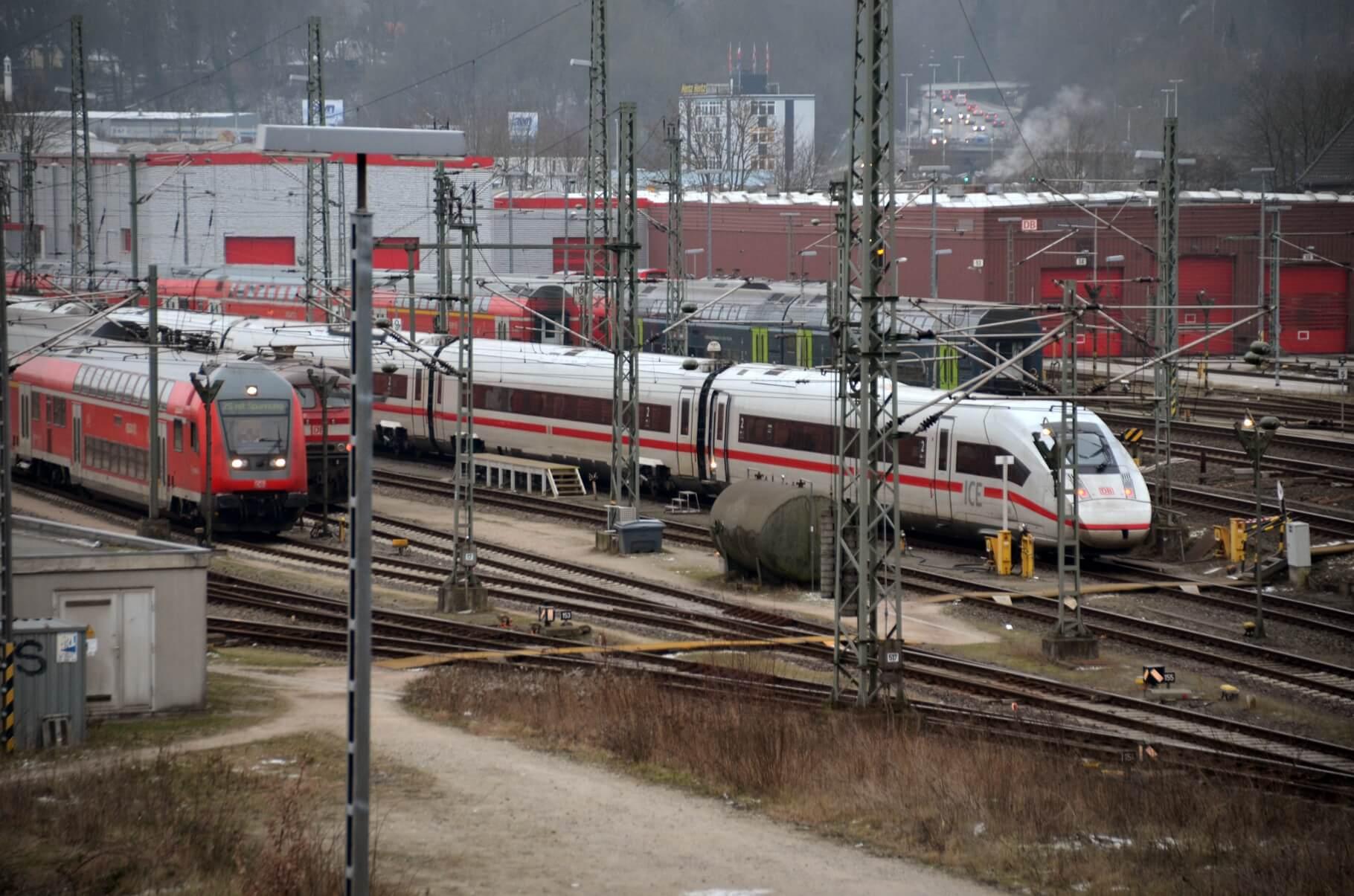 Ein ICE und andere Züge auf Gleisen.