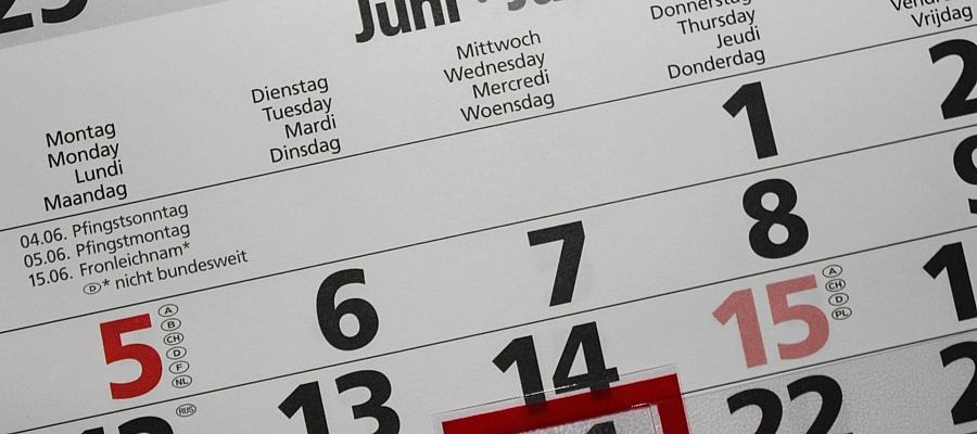 Kalenderblatt des Monat Juni, verschiedene Feiertage sind rot markiert.