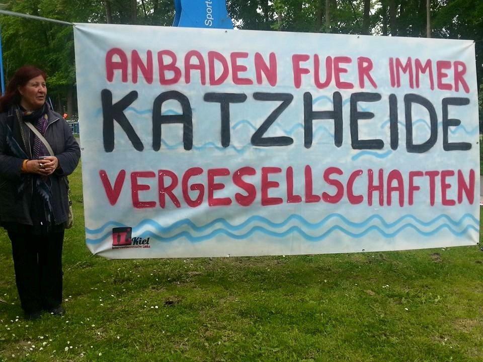 """Transparent mit der Aufschrift: """"Anbaden für immer: Katzheide vergesellschaften!"""""""