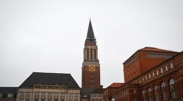 Das Kieler Rathaus mit Turm.