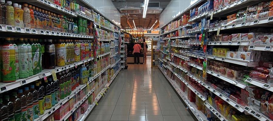 Ein leerer Gang in einem Supermarkt.