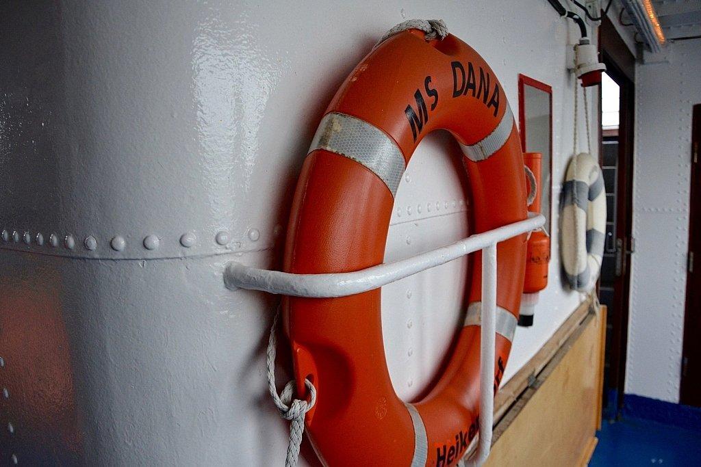 """Rettungsring mit Aufschrift des Schiffnamens """"MS Dana""""."""