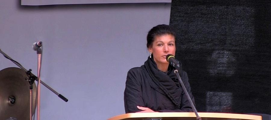 Sahra Wagenknecht (DIE LINKE) auf der Bühne mit Mikrofon.