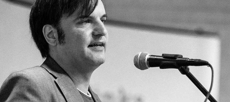 Stefan Karstens am Mikrofon (Foto: Peter Werner/Kieler Arbeiterfotografen)