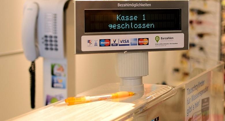 """Zu sehen ist die Anzeige einer Supermarkt-Kasse, auf der """"Kasse 1 geschlossen"""" steht."""