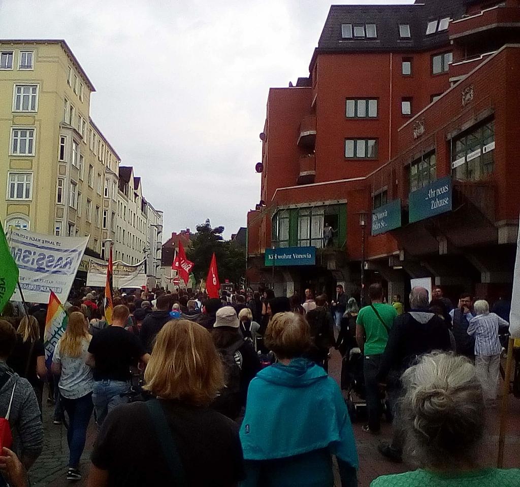 Zu sehen ist ein Demonstrationszug auf dem Vineta-Platz in Kiel-Gaarden.