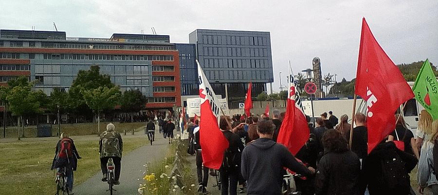 Ein Demonstrationszug in Kiel, in der Nähe des Ernst-Busch-Platzes.