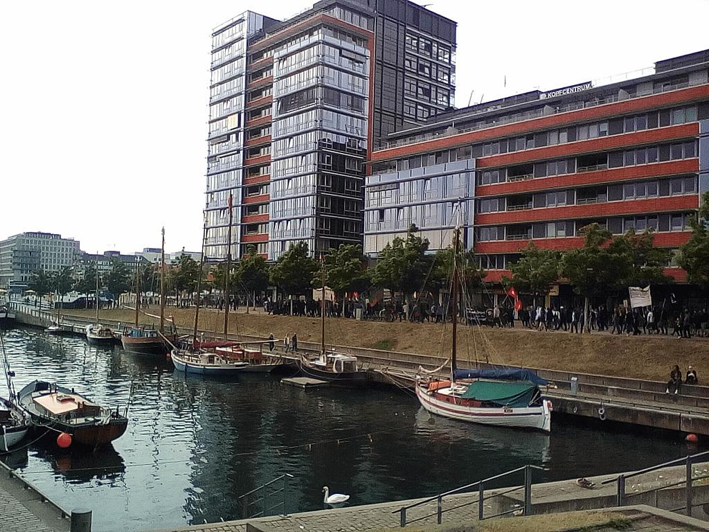 Ein Demonstrationszug in Kiel, der entlang des Germania-Hafens geht.