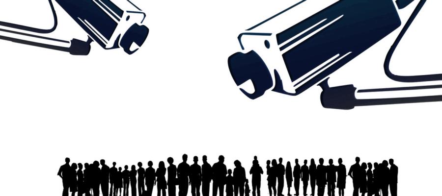 Zwei CTV-Kameras über einer anonymen Menschenmenge (Symbolbild für Überwachung).
