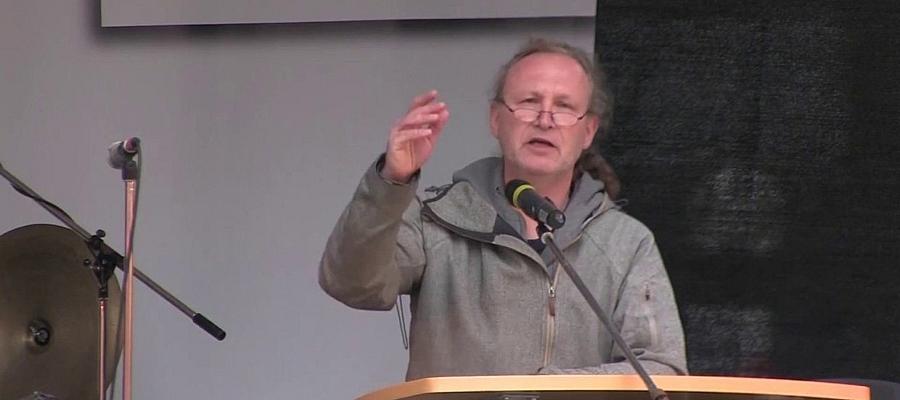 Foto von Ulrich Schippels (DIE LINKE) während einer Rede.