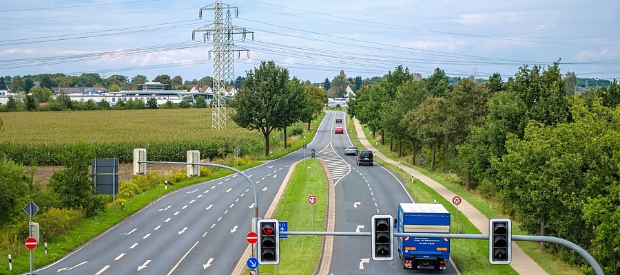 Foto einer beampelten Straßenkreuzung. Symbolbild für Verkehr.