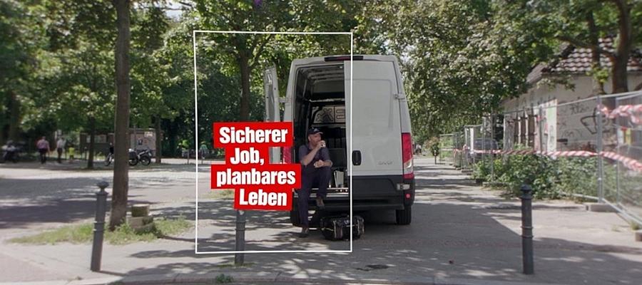 Zu sehen ist ein Arbeiter, der an der Hecktür eines Transporters sitzend eine Pause macht. Text im Bild: Sicherer Job, planbares Leben.