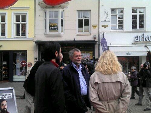Johanne Schmidt-Nielsen, SSW-Vorsitzender Flemming Meyer und DIE LINKE-Spitzenkandidat Marcel Mansouri im Gespräch in der Flensburger Fußgängerzone.