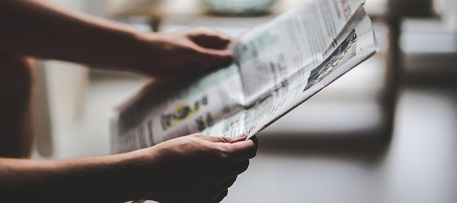 Eine Zeitung wird gelesen.